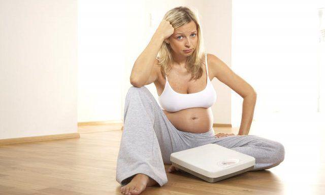 Женщины набирают лишний вес