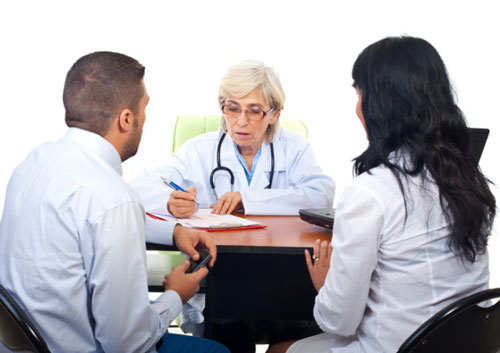 Мужчина и женщина на приеме у врача