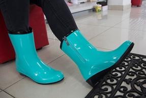 Люди заражаются грибком при ношении чужой обуви и примерке новой, на босую ногу