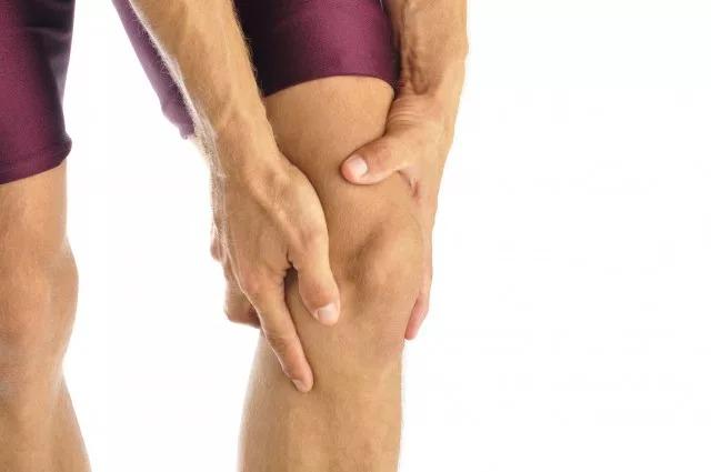 Болят колени при приседании: причины и лечение