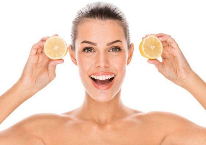 Женщина ест лимон