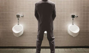 Мочеиспускание в туалете