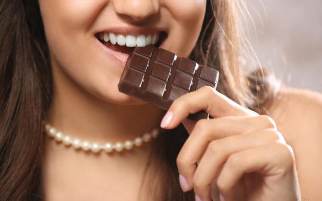 Почему перед месячными хочется сладкого