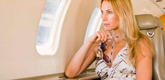 Женщина летит в самолёте