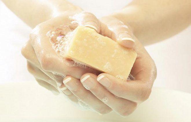 Нужно часто подмываться теплой водой с мылом