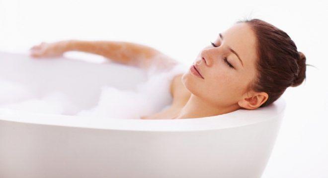 Полежать в теплой ванной