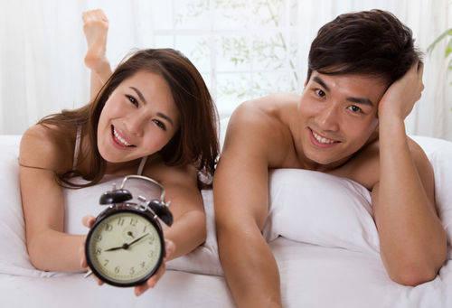 Парень и девушка с будильником
